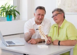 Dr. Rainov im Gespräch mit einem Patienten