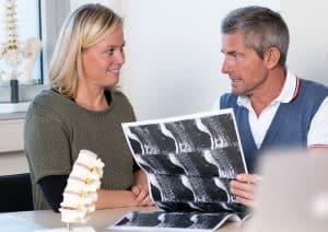 Dr. Schneiderhan im Gespräch mit einer Patientin