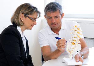 Dr. Schneiderhan mit einem Patient