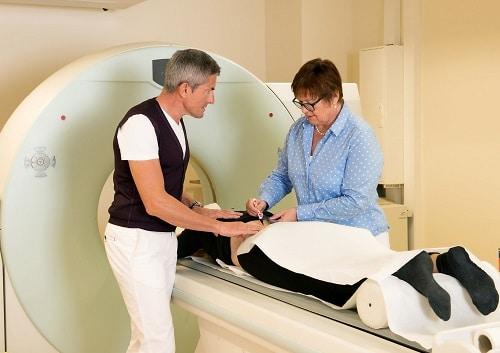 Behandlungsbeispiel: Patient bei der Magnetresonanztomographie (MRT)
