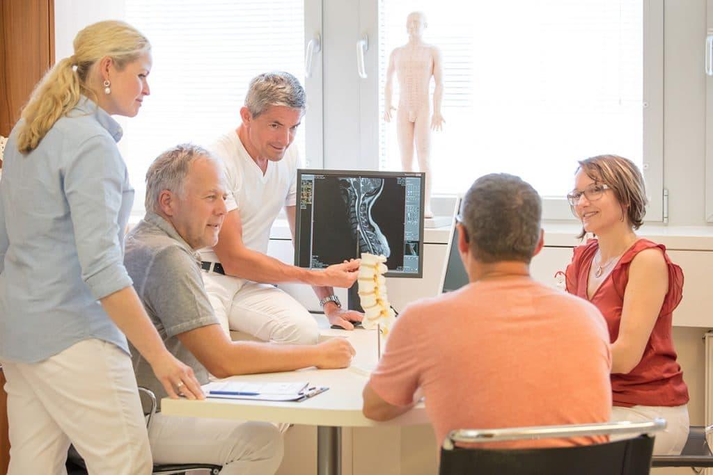 Ärzte im Behandlungsgespräch mit Patienten