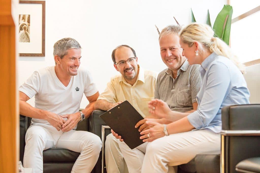 Ärzteteam in der Absprache mit Patienten