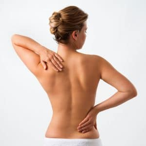 Patient mit Schmerzen in Schonhaltung